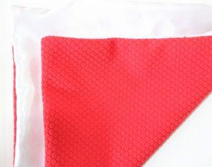 Perna personalizata alba cu rosu hexagon